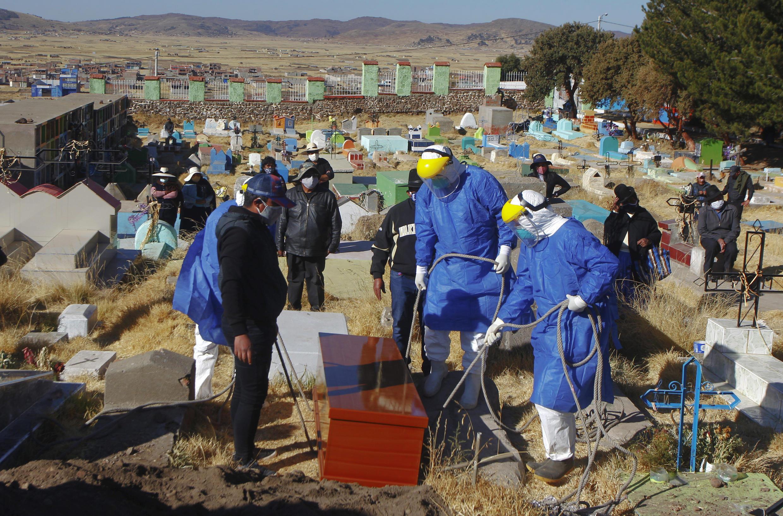Entierro de una víctima de Covid-19 en el cementerio de Acora, un poblado aymara remoto del sur de Perú cercano a la frontera con Bolivia, el 9 de agosto de 2020.