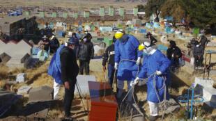 Entierro de una víctima de COVID-19 en el cementerio de Acora, un poblado aymara remoto del sur de Perú cercano a la frontera con Bolivia, el 9 de agosto de 2020