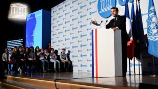 Le président français Emmanuel Macron lors d'un discours à l'Unesco, à l'occasion du 30e anniversaire de la Convention internationale des droits de l'enfant, le 20 novembre 2019 à Paris.