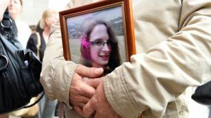 Un hombre sostiene la foto de Sophie Lionnet después de su funeral en Sens, Francia. 6 de junio. 2018.