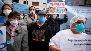 Personal médico protesta por la falta de elementos en los hospitales, para enfrentar la crisis sanitaria por el Covid-19. En Lima, Perú, el 17 de junio de 2020.