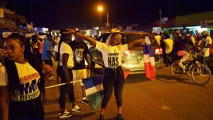 De jeunes Gambiens font la fête dans les rues de Banjul, la capitale gambienne, pour célébrer le départ de Yahya Jammeh.