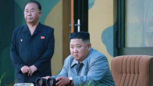 Le leader nord-coréen Kim Jong-un surveille le lancement de deux missiles balistiques, jeudi 25 juillet 2019.