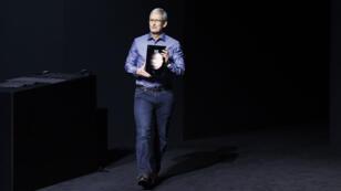 Le patron d'Apple, Tim Cook, présentant l'iPad Pro, mercredi 9 septembre, à San Fransisco.