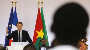 Emmanuel Macron face aux étudiants de l'université de Ouagadougou, mardi 28 novembre.