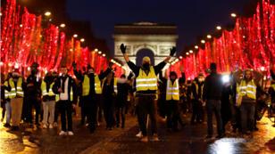 Manifestantes del movimiento de los 'chalecos amarillos' protestan sobre los campos Elíseos de París, el 22 de diciembre de 2018.