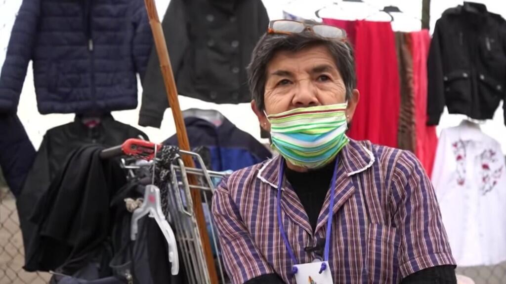 Violeta Gamboa sigue trabajando durante la pandemia de coronavirus a pesar de su edad vendiendo ropa en una feria de Santiago de Chile.