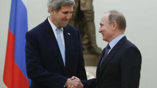 Poignée de main entre Vladmir Poutine et John Kerry au Kremlin, à Moscou, mardi 15 décembre.