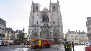 Intervention des pompiers le 18 juillet 2020 dans la cathédrale de Nantes pour circonscrire un incendie.