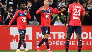 L'attaquant turc de Lille, Burak Yilmaz (c), fête son pénalty réussi avec ses coéaquipiers lors du match de Ligue 1 à domicile face à Nantes, le 25 septembre 2020