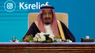 El rey de Arabia Saudita, Salmán bin Abdulaziz, asiste al Foro Humanitario Internacional en Riad, el 26 de febrero de 2018.