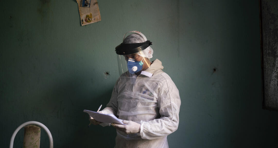 Un profesional de la salud se prepara para tomar una prueba de Covid-19 a una anciana en Manacapuru, estado de Amazonas, Brasil, el miércoles 3 de junio de 2020.
