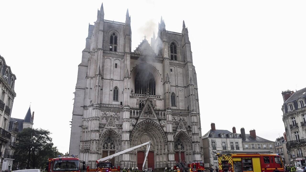 Decenas de bomberos trabajan para apagar un incendio en la catedral de San Pedro y San Pablo, en Nantes, oeste de Francia, el 18 de julio de 2020.