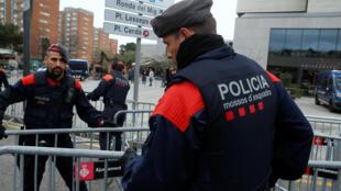 تعزيزات أمنية قبل وصول لاعبي ريال مدريد إلى فندقهم في برشلونة، إسبانيا ، 18 ديسمبر 2019.