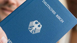 """Les Reichsbürger (citoyens de l'Empire) vont jusqu'à fabriquer de faux passeports du """"Reich"""" pour signaler leur rejet de la République allemande."""