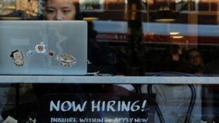 """لافتة كتب عليها """"التوظيف الآن"""" على واجهة مقهى بكامبريدج بولاية ماساتشوستس الأمريكية، 11 فبراير/ شباط 2019."""