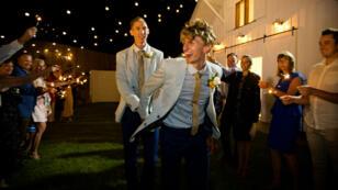 Los atletas Craig Burns y Luke SUllivan durante su matrimonio, el 9 de enero del 2018.