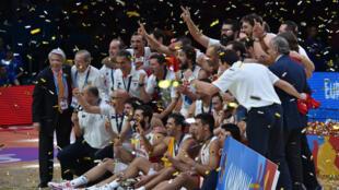 Les joueurs espagnoles fêtent leur troisième titre de champions d'Europe de basket dimanche à Villeneuve-d'Ascq .
