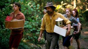"""Viggo Mortensen (au centre), """"capitaine fantastique"""" d'une famille de hippies auto-satisfaits."""