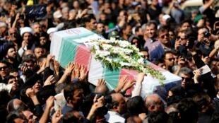 إيرانيون يحملون نعشا خلال جنازة عامة في 24 أيلول/سبتمبر لضحايا هجوم الأهواز