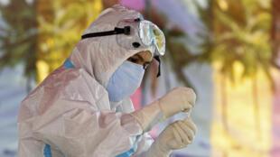 Un trabajador sanitario introduce una muestra de saliva en un tubo para realizar una prueba rápida de detección del coronavirus, el 28 de septiembre de 2020 en Srinagar (India)