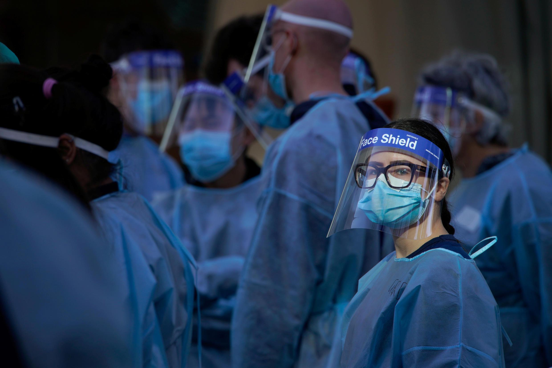 Des soignants attendent pour tester des habitants, le 8 juillet 2020, à Melbourne, en Australie.