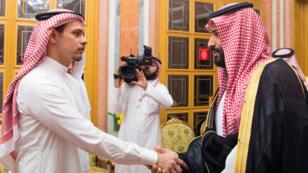 Mohammed Ben Salmane présentant ses condoléances à Salah Khashoggi, à Riyad, le 25 octobre.