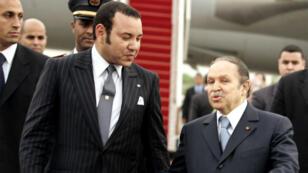 Le président algérien Abdelaziz Bouteflika et le roi du Maroc, Mohammed VI, à Alger le 21mars2005.