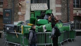 L'entrée du lycée Dorian, dans le 11e arrondissement de Paris, bloqué par des poubelles le 23 février 2017.