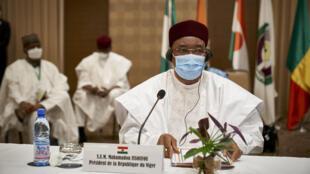 رئيس النيجر محمدو إيسوفو في ختام قمة في باماكو في 23 تموز/يوليو 2020.