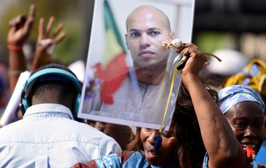 Le portrait de Karim Wade, ex-ministre et fils de l'ancien président du Sénégal, brandi lors d'une manifestation de l'opposition à Dakar, en février 2015.