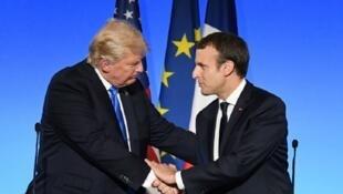 لقاء بين إيمانويل ماكرون ودونالد ترامب في باريس، في 13 تموز/يوليو 2017.
