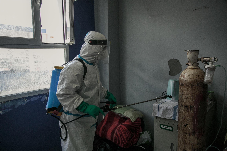 Un agent de santé désinfecte une chambre de l'hôpital Andohatapenaka, qui reçoit les patients atteints de Covid-19 à Antananarivo, le 20 juillet 2020.
