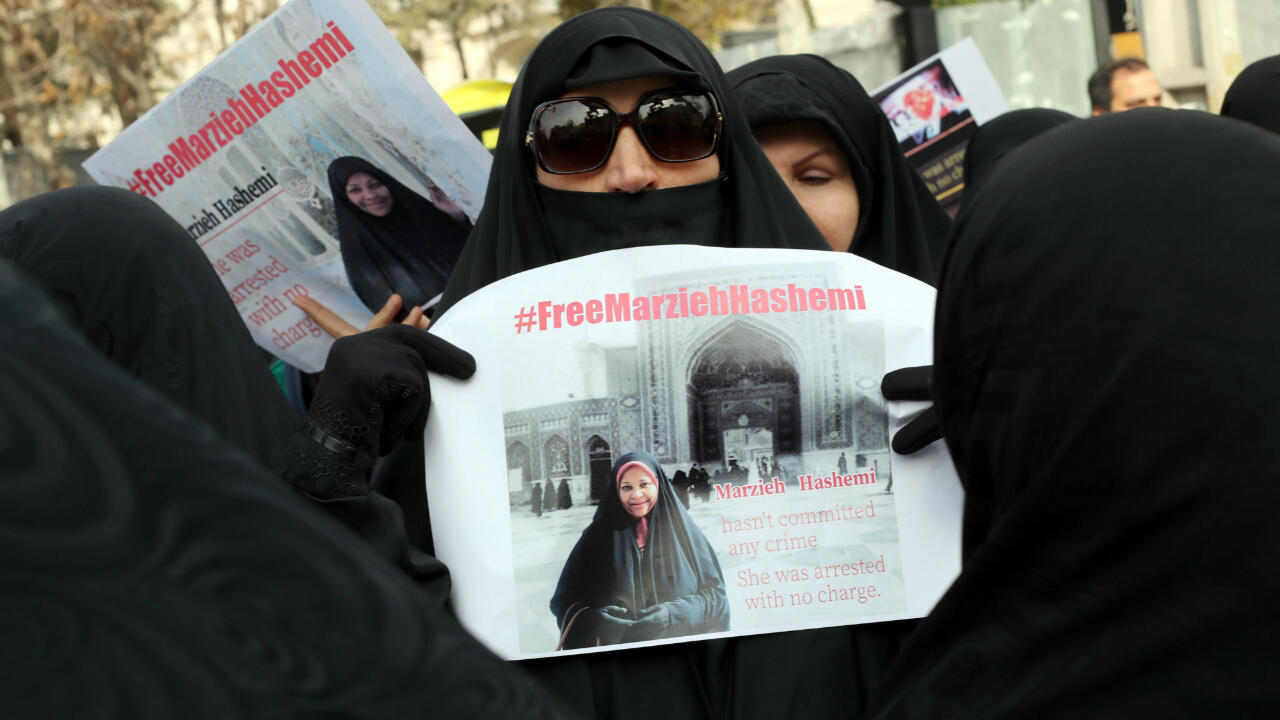 Iraníes protestan frente a la sección de asuntos de Estados Unidos en la Embajada de Suiza en Teherán para pedir la liberación de la presentadora Marzieh Hashemi, arrestada en territorio estadounidense. 20 de enero de 2019.