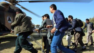 Un hélicoptère évacue un enfant de la province de Takhar, le 27 octobre 2015.