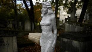 Sculpture de femme installée près d'une tombe encore vide au Père-Lachaise, le 25 septembre 2020