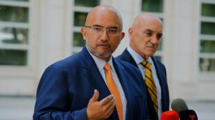 El abogado de 'El Chapo' Guzmán, Eduardo Balarezo, habla con los medios luego de una audiencia en el caso del capo mexicano ante el Juzgado Federal de Estados Unidos en Brooklyn, el 26 de junio de 2018, en Nueva York.