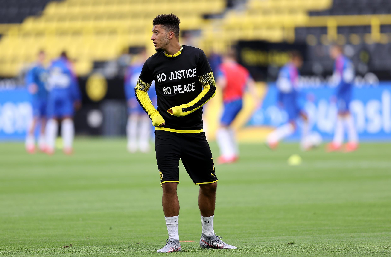 Le joueur anglais de Dortmund Jadon Sancho porte un t-shirt portant l'inscription