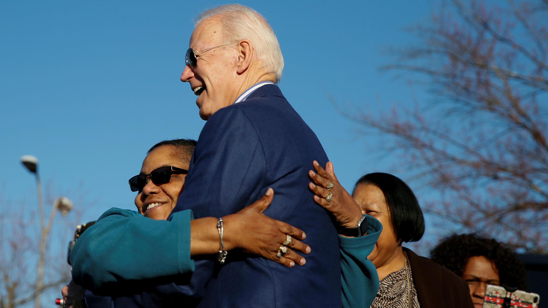 Unas mujeres saludan a Joe Biden, exvicepresidente de Estados Unidos, quien aspira a conseguir la nominación del Partido Demócrata. Greenville, Estados Unidos, 29 de febrero de 2020.