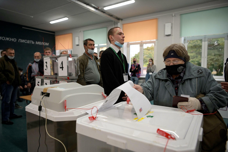 امرأة تدلي بصوتها في موسكو في اليوم الأول للانتخابات البرلمانية في روسيا ، 17 سبتمبر 2021