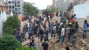 Des secouristes près des décombres de la tour Dharhara, à Katmandou, le 25 avril.