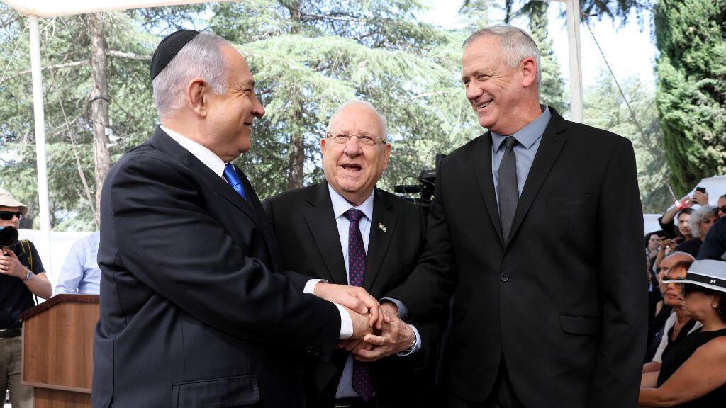 El primer ministro israelí Benjamin Netanyahu, el presidente israelí Reuven Rivlin y Benny Gantz, presidente de la alianza política Azul y Blanco, durante el funeral del presidente Shimon Peres en el cementerio nacional de Israel, el 19 de septiembre de 2019.