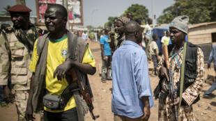 Des membres d'un groupe d'auto-défense musulman sécurisent le quartier PK5, à Bangui, durant le vote du 13 décembre 2015.