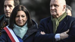 Anne Hidalgo (g) et son adjoint chargé de la culture Christophe Girard, lors d'une cérémonie à Paris, le 23 janvier 2020