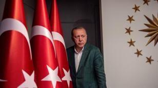 El presidente turco Tayyip Erdogan llega a la sala de conferencias de prensa en la Mansión Huber en Estambul, después de las elecciones locales, el 31 de marzo de 2019.