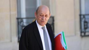 وزير الخارجية الفرنسي جان-إيف لودريان مغادراً قصر الإليزيه في باريس في 24 حزيران/يونيو 2020