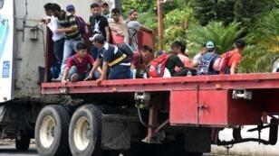 Des migrants honduriens embarquent sur un camion à Zacapa, à 145 km à l'est de Guatemala City. Direction les États-Unis.