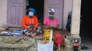 Des femmes  du village de Mtsamboro, à Mayotte, portent un masque pour limiter la propagation du covid-19, le 30 mai 2020.