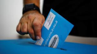 Un hombre deposita su voto en una urna durante las elecciones parlamentarias de Israel, en un colegio electoral en Tel Aviv, Israel, el 17 de septiembre de 2019.