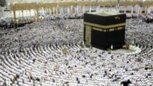 مسلمون يؤدون الصلاة حول الكعبة في 23 حزيران/يونيو 2017